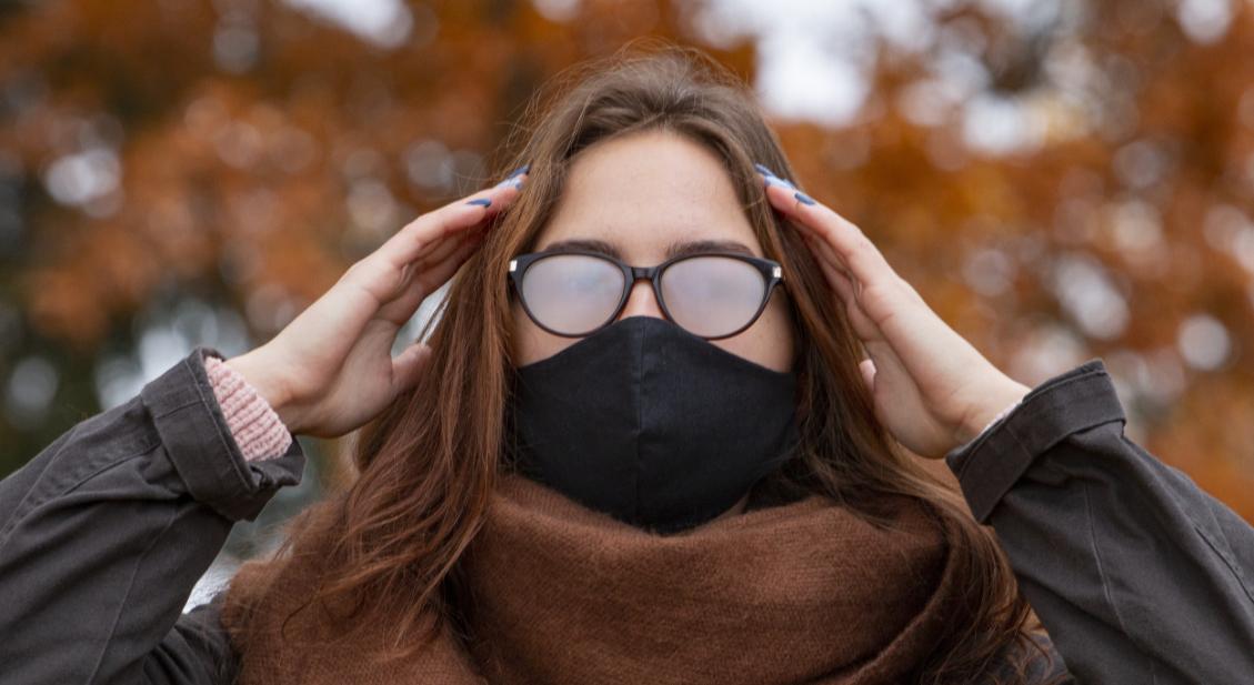 Frau mit beschlagenen Brillengläsern