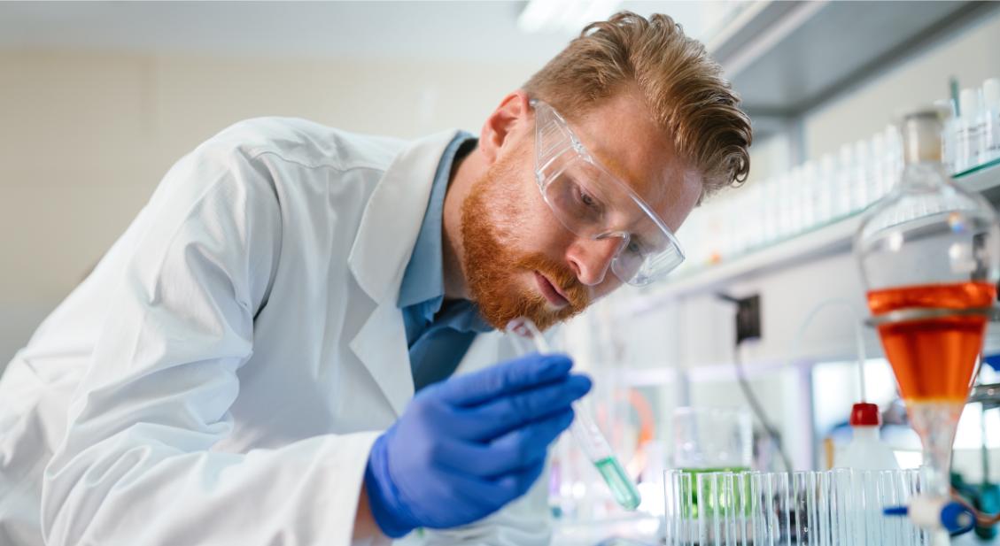 Chemielaborant auf der Arbeit mit Brille