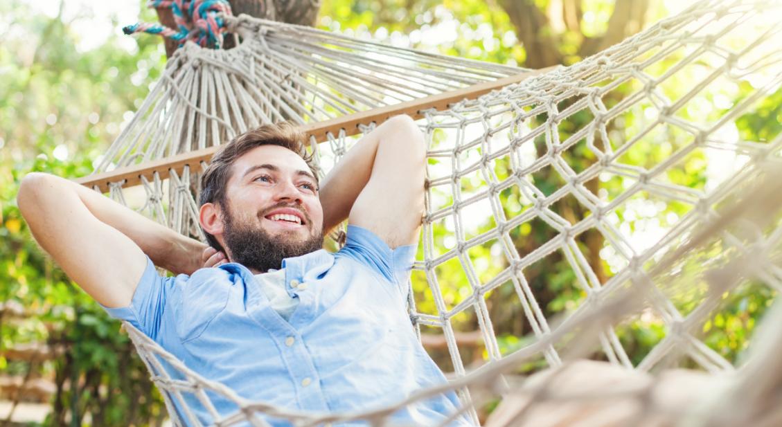 Mann entspannt auf Hängematte